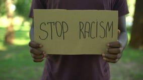 Cartone di mostra maschio afroamericano di frase di razzismo di arresto, diritti uguali, abuso video d archivio