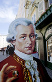Cartone Mozart che tiene una palla di Mozart a Salisburgo fotografia stock libera da diritti