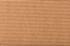 Cartone ondulato per imballare linee orizzontali del fondo dell'estratto con le linee ondulate di colore beige fotografie stock