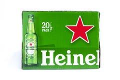 Cartone verde della birra di Heineken su fondo bianco fotografia stock libera da diritti