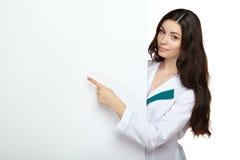 Cartongesso dello spazio in bianco della tenuta di sorriso della donna di medico Fotografie Stock Libere da Diritti