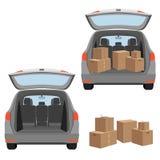 Cartonnez le boxex dans la botte de la voiture et sur le chariot de bagages Images stock