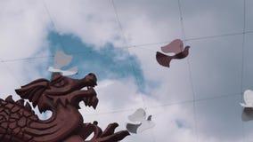 Cartonnez les oiseaux de pigeon sur des fils et le dragon chinois découpé par bois au festival culturel banque de vidéos