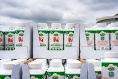 Cartons de lait empilés dehors Photographie stock libre de droits
