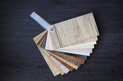 Cartons gris stratifiés Échantillons de carrelage de stratifié et de vinyle dessus images stock