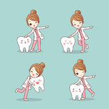 Cartoon dentist doctor with tooth Royalty Free Stock Images
