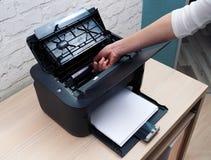 Cartouche d'extrait de l'imprimante à laser à remplacer image libre de droits