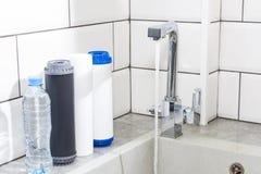 Cartouche filtrante de l'eau dans la cuisine Système de filtration d'eau potable dans la cuisine Eau propre ? la maison photos libres de droits