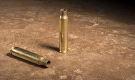 Cartouches AR-15 vides sur le plancher Photo stock
