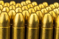 cartouches de calibre de 9mm Vente des armes et des munitions La droite de porter des bras Photos libres de droits