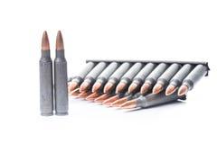 Cartouches de kalachnikov d'Ar15 m16 m4 avec l'agrafe de munitions d'isolement sur le wh image libre de droits