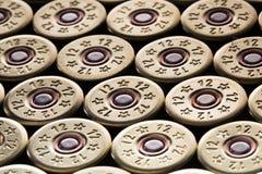 Cartouches de kalachnikov d'Ar15 m16 m4 avec l'agrafe de munitions d'isolement sur le wh images libres de droits
