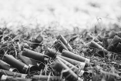 Cartouches de sort chassant le tir d'herbe de mensonge de cartouches Photographie stock