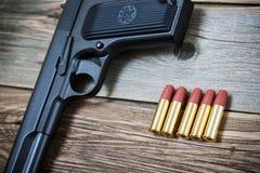 Cartouches près de la vieille arme à feu Photos stock