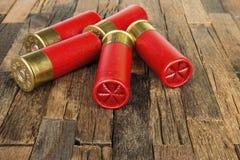 Cartouches rouges de chasse pour le fusil de chasse Images libres de droits