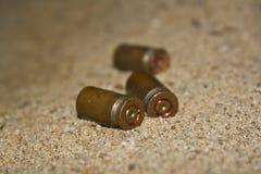 Cartouches vides sur le sable Images libres de droits