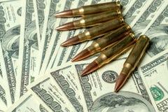 Cartucce del fucile sui dollari Concetto per il crimine, uccisione di contratto, assassino pagato, il terrorismo, guerra, commerc fotografia stock