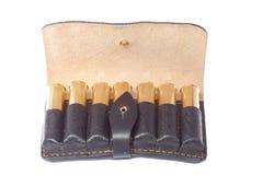 Cartucce nel potrantashe di cuoio nero su un backg bianco Fotografia Stock