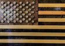 12 cartucce per fucili a canna liscia del calibro usate per creare le stelle in una bandiera americana Immagine Stock