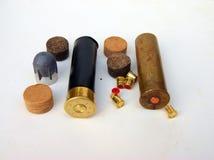 Cartucce per fucili a canna liscia su fondo bianco Immagine Stock