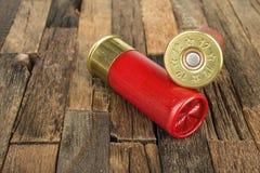 Cartucce rosse di caccia per il fucile da caccia Fotografia Stock