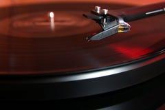 Cartuccia di un giradischi della piattaforma girevole moderna di alta qualità circa da abbassare su una musica analogica LP del v Fotografia Stock