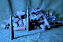 Cartucho contra la perspectiva de cáscaras de un rifle Foto de archivo libre de regalías