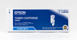 Cartucho de tinta ciánico de Epson en un fondo blanco Imagen de archivo libre de regalías