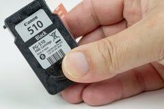 Cartucho del chorro de tinta con su película protectora en la cabeza de impresión foto de archivo