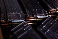 Cartucho del rifle automático con las balas Fotografía de archivo libre de regalías