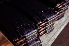 Cartucho del rifle automático con las balas Imágenes de archivo libres de regalías