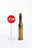 Cartucho y muestra del arma   Foto de archivo