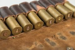 Cartuchos da caça, cartuchos no fundo branco, munição da caça fotos de stock