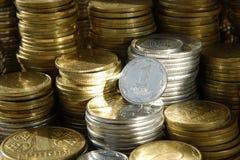 Cartuchos de dinero de monedas ucranianas de diverso valor foto de archivo libre de regalías