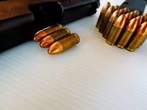 Cartuchos de 9 milímetros Em um fundo branco Imagem de Stock