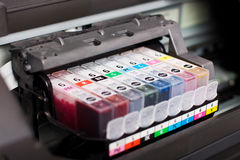 Cartuchos de tinta da impressora colorida Fotografia de Stock Royalty Free