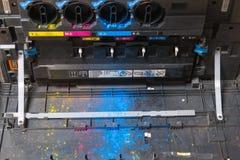 Cartuchos de toner de CMYK na máquina da copiadora do laser foto de stock