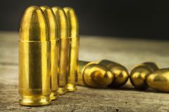 cartuchos del calibre de 9m m Venta de armas y de la munición La derecha de llevar los brazos Foto de archivo libre de regalías