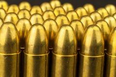cartuchos del calibre de 9m m Venta de armas y de la munición La derecha de llevar los brazos Fotos de archivo libres de regalías