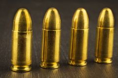 cartuchos del calibre de 9m m Venta de armas y de la munición La derecha de llevar los brazos Imágenes de archivo libres de regalías
