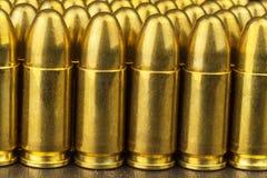 cartuchos del calibre de 9m m Venta de armas y de la munición La derecha de llevar los brazos Imagen de archivo