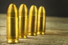 cartuchos do calibre de 9mm Venda das armas e da munição A direita carregar os braços Imagens de Stock Royalty Free