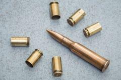 cartuchos e escalas dos vários tipos de armas Imagem de Stock