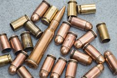 cartuchos e escalas dos vários tipos de armas Imagem de Stock Royalty Free