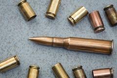 cartuchos e escalas dos vários tipos de armas Fotografia de Stock