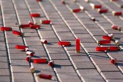 Cartuchos rojos del primer de los rifles de la caza como fondo imagen de archivo