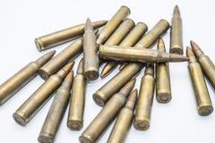 Cartuchos velhos 5 do rifle 56 milímetros em um fundo branco Foto de Stock Royalty Free