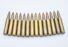 Cartuchos velhos 5 do rifle 56 milímetros em um fundo branco Imagem de Stock Royalty Free