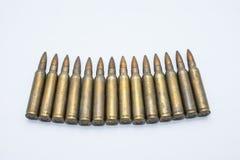 Cartuchos velhos 5 do rifle 56 milímetros em um fundo branco Imagens de Stock