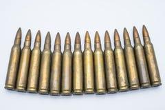 Cartuchos velhos 5 do rifle 56 milímetros em um fundo branco Fotografia de Stock
